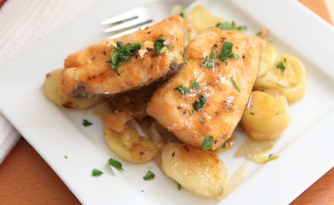 Merluza al horno con gambas y patatas
