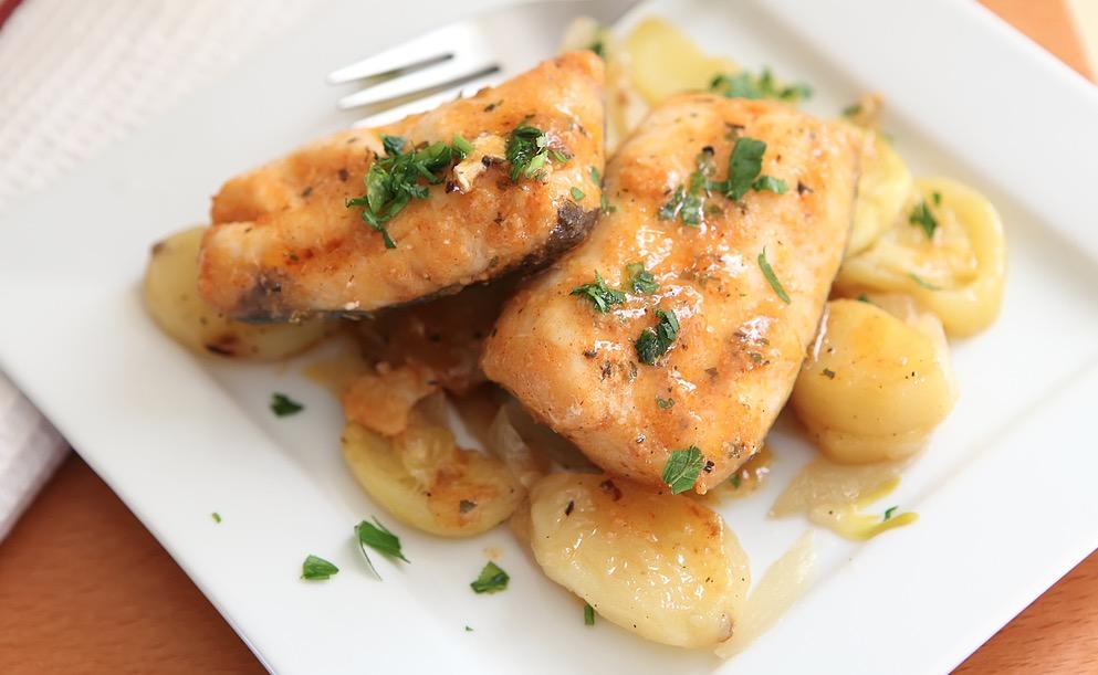 Merluza Al Horno Con Patatas Y Gambas