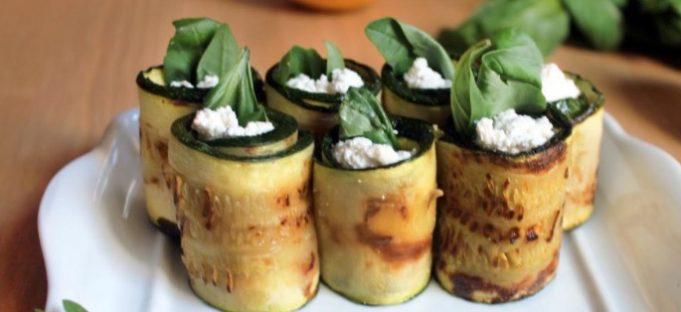 Rollitos de calabacín rellenos de queso y espinacas