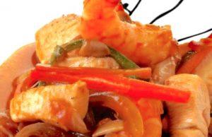 Pollo con verduras y gambas