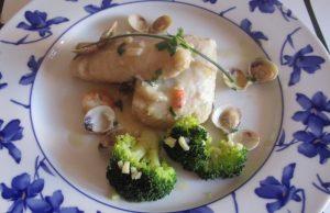 Merluza en salsa de gambas y almejas con brocolis