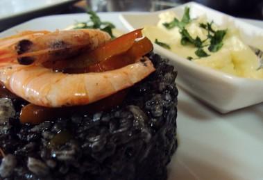 Arroz negro con calamar rape y gambas