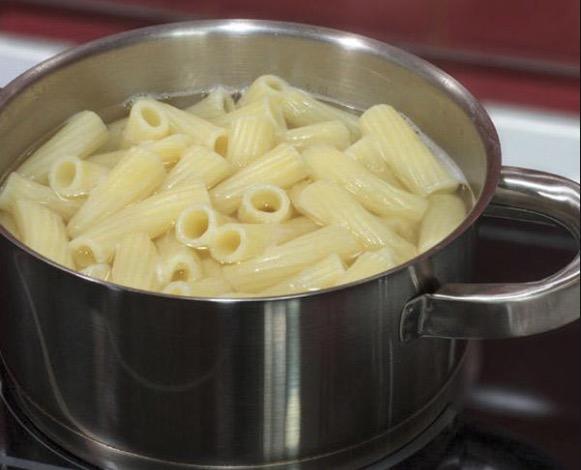 Cocinar la pasta en agua salada hirviendo al dente